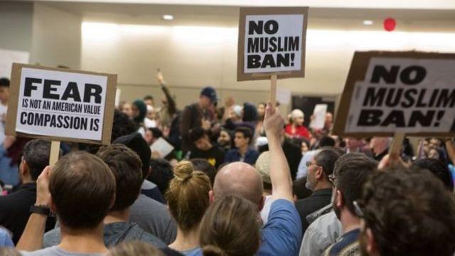 متظاهرون في مطارات أمريكية ضد قرار ترامب
