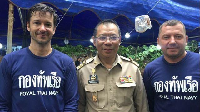 Ben Reymenants com o governador Narongsak Osotthanakorn e o mergulhador Maksym Polejaka