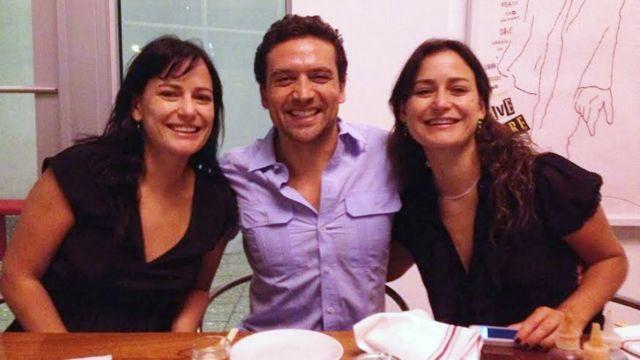Natalia (à esq.) com sua irmã gêmea, Carolina, e um amigo