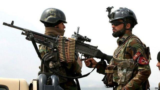 Soldados com arma