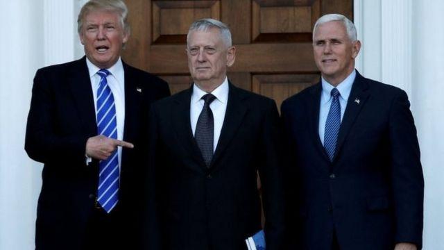 الرئيس الأمريكي المنتخب دونالد ترامب وميت رومني والجنرال المتقاعد جايمس ماتيس