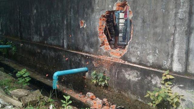 အလုပ်သမားတွေကို သွင်းဖို့ ဖုယွင်စက်ရုံ နောက်ဖေး အုတ်တံတိုင်းကို အပေါက်ဖောက်ထား