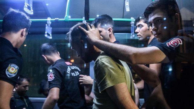 警察に拘束される兵士(16日、イスタンブール)