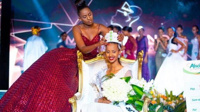 Nimwiza Meghan yari afise iryo teka mu mwaka wa 2019 ariko yambika urugori Naomie Nishimwe, Miss Rwanda 2020
