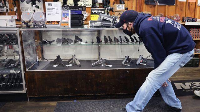 Мужчина в магазине оружия