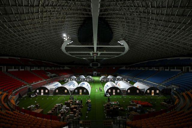 广州体育馆内设立了用于核酸检测的移动实验室。