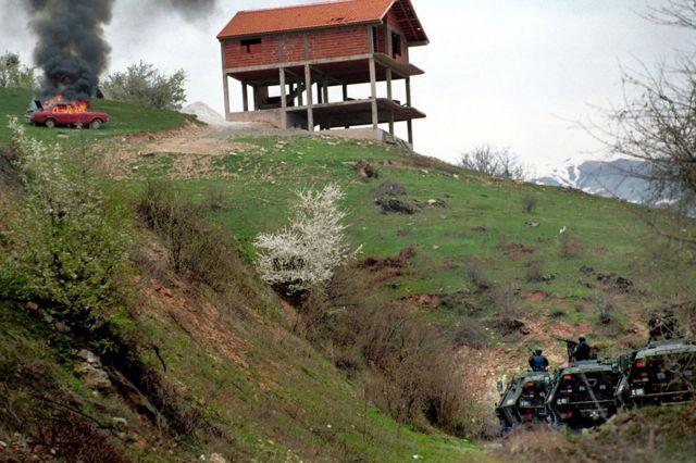 Las fuerzas de seguridad macedonias atacan a los rebeldes albanos al norte de Skopje en marzo de 2001.