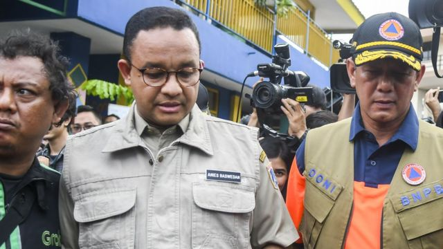 Gubernur DKI Jakarta Anies Baswedan (kiri) saat meninjau pintu air Manggarai, Jakarta, Kamis (02/01).