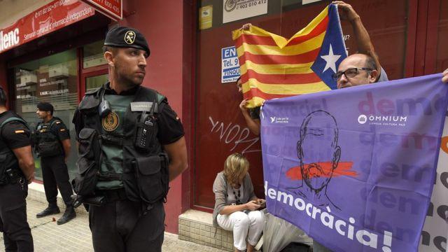 Гражданская гвардия подвергла обыску редакцию газеты El Vallenc в поисках спрятанных бюллетеней