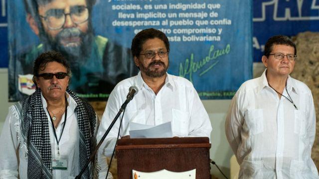 Jesus Santrich (izq.), Ivan Marquez (centro) y Pablo Catatumbo, líderes de las FARC