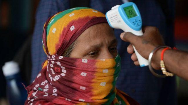 Revisión de temperatura de mujer en India.