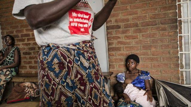 """Ya que la costumbre dicta que las """"hienas"""" no deben usar preservativo, el riesgo de contagio de VIH en las comunidades en las que persiste la tradición es evidente."""