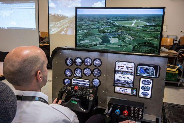 Una persona frente a un simulador de vuelo