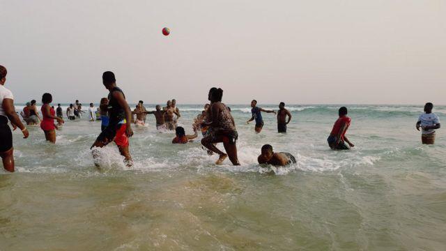 People dey swim for beach