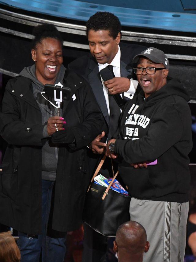 Muigizaji Denzel washington akiwafungisha ndoa watalii wawili katika ukumbi huo wa Oscar