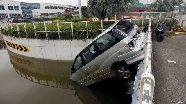 澳門外港碼頭外一輛翻下地下道口的汽車(24/8/2017)