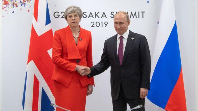 Theresa May akisalimiana kwa mkono na Vladimir Putin