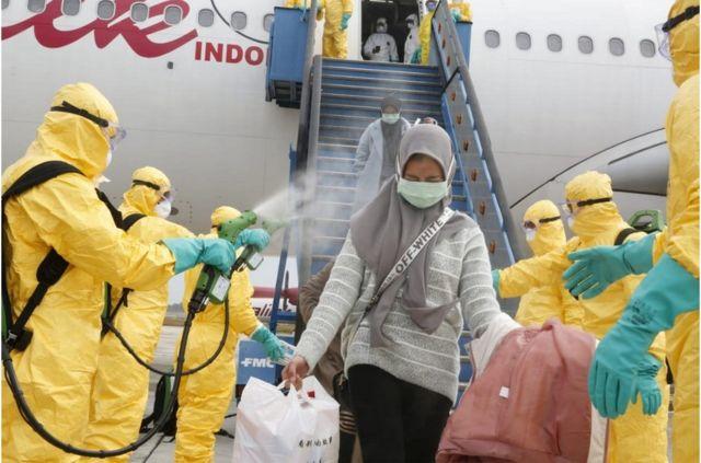 2月2日,医务人员为从中国武汉撤回印度尼西亚的侨民进行消毒,然后将他们转移到纳塔纳群岛军事基地进行隔离