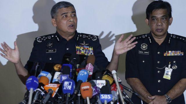 संवाददाताओं से बातचीत करते रॉयल मलेशिया पुलिस के अधिकारी.