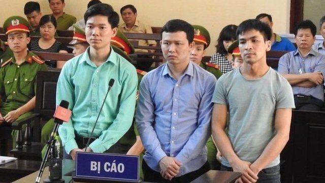 Bác sĩ Hoàng Công Lương (bìa trái) cùng hai bị cáo còn lại phiên tòa