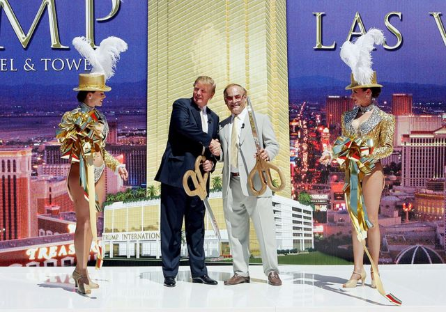 Trump con el dueño del hotel New Frontier, Phil Ruffin, en la ceremonia de corte de cinta del remozado Trump International Hotel & Tower de Las Vegas, en 2005