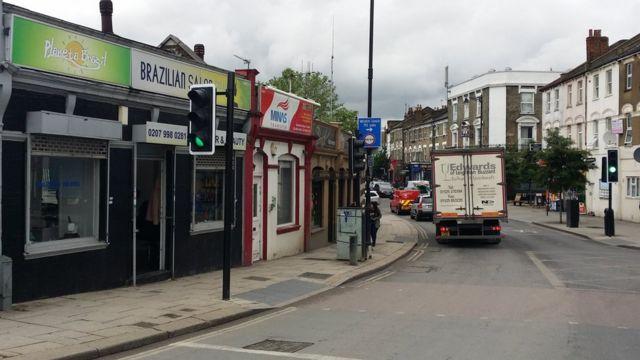 Lojas brasileiras no bairro de Willesden, noroeste de Londres, mostram mercado local voltado para imigrantes
