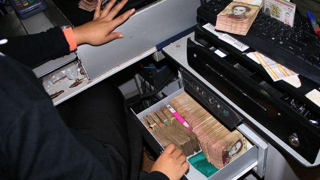 Billetes de 100 bolívares en una caja registradora