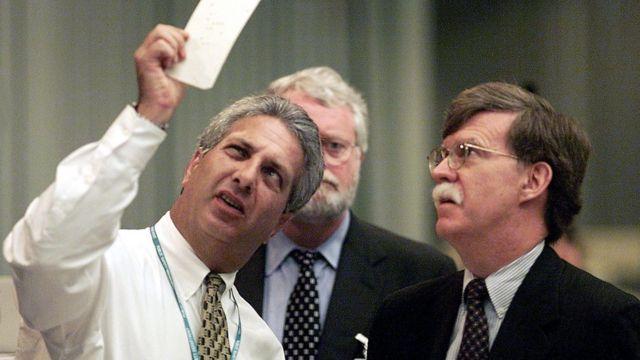 این عکس در شهرت بولتون بسیار نقش داشته است. عکس متعلق به بازشماری ایالت فلوریدا در انتخابات ریاست جمهوری سال ۲۰۰۰ میلادی است که بولتون در آن به عنوان نماینده ستاد تبلیغاتی جورج بوش حضور داشته. فعالیتهای بولتون برای موفقیت بوش در این بازشماری، در نهایت بیجواب نماند.
