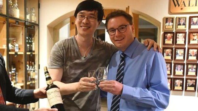 張威和伯納斯科尼把那瓶威士忌開瓶