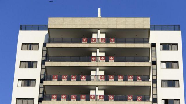 Vila Olímpica do Rio (bandeiras da Suíça se referem a apartamentos ocupados pela delegação do país)