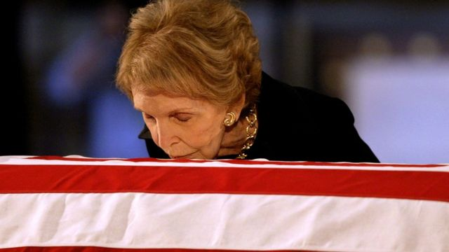 夫の棺に口づけするナンシー夫人。
