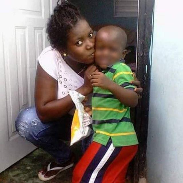 Manite Carol Dorlean beija um menino