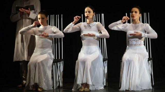 وفي اليوم ذاته، أدت ممثلات من جورجيا مسرحية الأخوات الثلاث للكاتب المسرحي الروسي أنطون تشيخوف بمدينة تونس العاصمة.