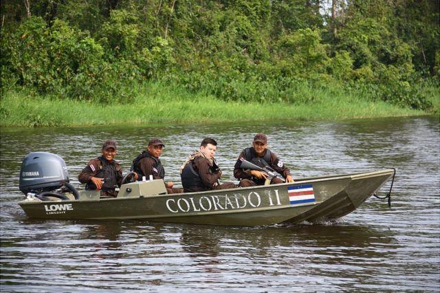 Guardias de fronteras de Costa Rica en el río Colorado, que desemboca en el Caribe.