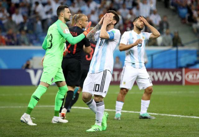 Messi se lamenta no haber podido llegar al balón por poco.