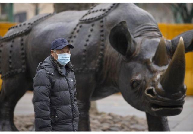 2020年12月28日,一名男子走過中國上海公園的雕塑。