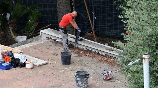 Homem trabalha na reforma da Nunciatura Apostólica, em Roma.