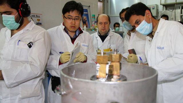Inspectores del Organismo Internacional de Energía Atómica (OIEA) y de Irán, desconectan el dispositivo para el enriqucimiento de uranio en la planta de Natanz, 20 de enero de 2014