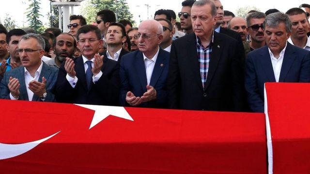 反乱の犠牲者の葬儀に出席したエルドアン大統領(写真右から2人目)