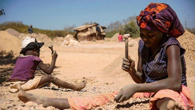 سازمان مدافعان بینالمللی حقوق بشر میگوید خانوادهها کودکان را مجبور میکنند در معدن کبالت کار کنند