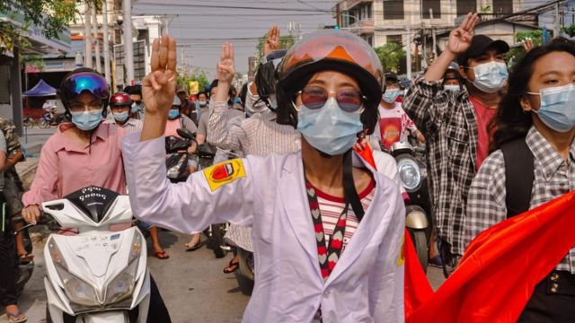 အာဏာသိမ်းပြီး ရက်ပိုင်းကနေ ဒီကနေ့ သင်္ကြန်အကျနေ့အထိ ဆန့်ကျင်ဆန္ဒပြပွဲတွေမှာ ပူးပေါင်းပါဝင်နေတဲ့ ကျန်းမာရေးဝန်ထမ်းတွေရဲ့ သပိတ်
