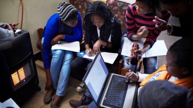 Un groupe d'étudiantes qui révisent.
