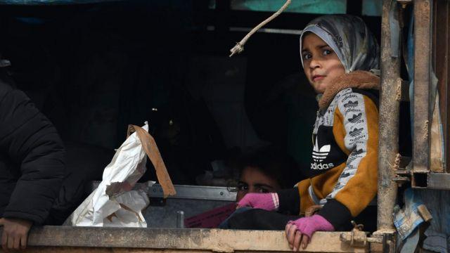 طفلة تفر من تقدم القوات الحكومية السورية في مناطق سيطرة المعارضة