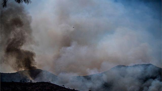 Se encuentra humo a varios kilómetros del fuego en las montañas