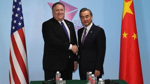 Ngoại trưởng Mỹ Pompeo và Ngoại trưởng Trung Quốc Vương Nghị (phải)