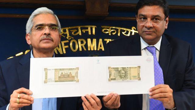 नए नोटों का डिज़ाइन लोगों के सामने रखते आर्थिक मामलों के सचिव शशि कांत दास (बाएं) और रिज़र्व बैंक के गवर्नर उर्जित पटेल