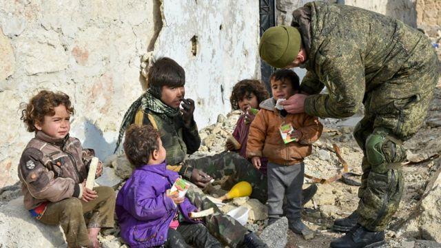 مهندس عسكري روسي يساعد أطفالا في حلب
