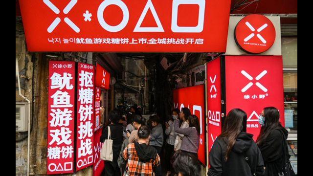 Fila do lado de fora de lanchonete para comprar doce de Round 6 em Xangai