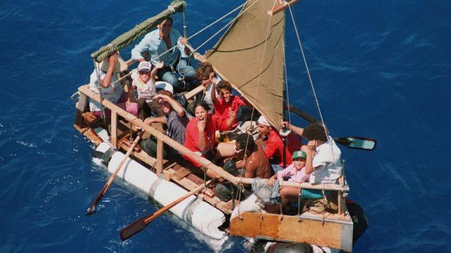Cubanos dejan la isla en una lancha