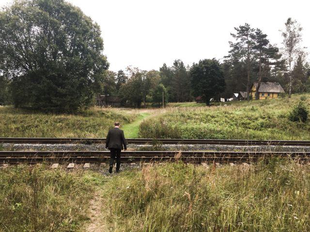 Член УИК ищет нужный дачный участок около деревни Цапелька